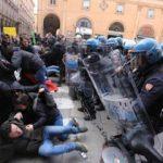 Bologna, no a comizio di Forza Nuova: manifestanti scendono in piazza. Interviene la polizia