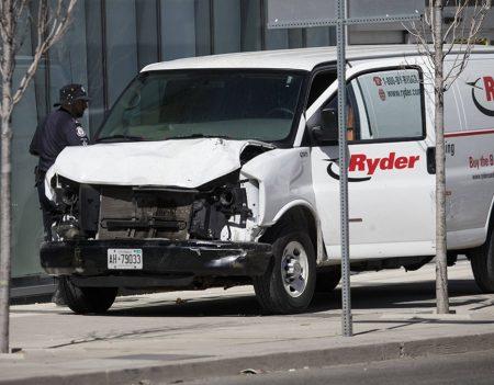 Attentato a Toronto: un furgone travolge i pedoni, 10 morti