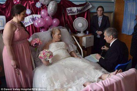 Malata di cancro, il compagno la sposa dopo 42 anni