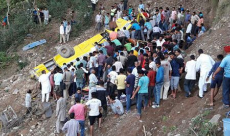 India, scuolabus cade in un burrone: morti 23 bambini