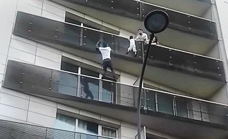 Parigi: migrante salva bambino che penzola dal balcone