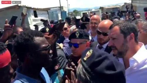 Salvini in visita in Calabria: confronto con i migranti