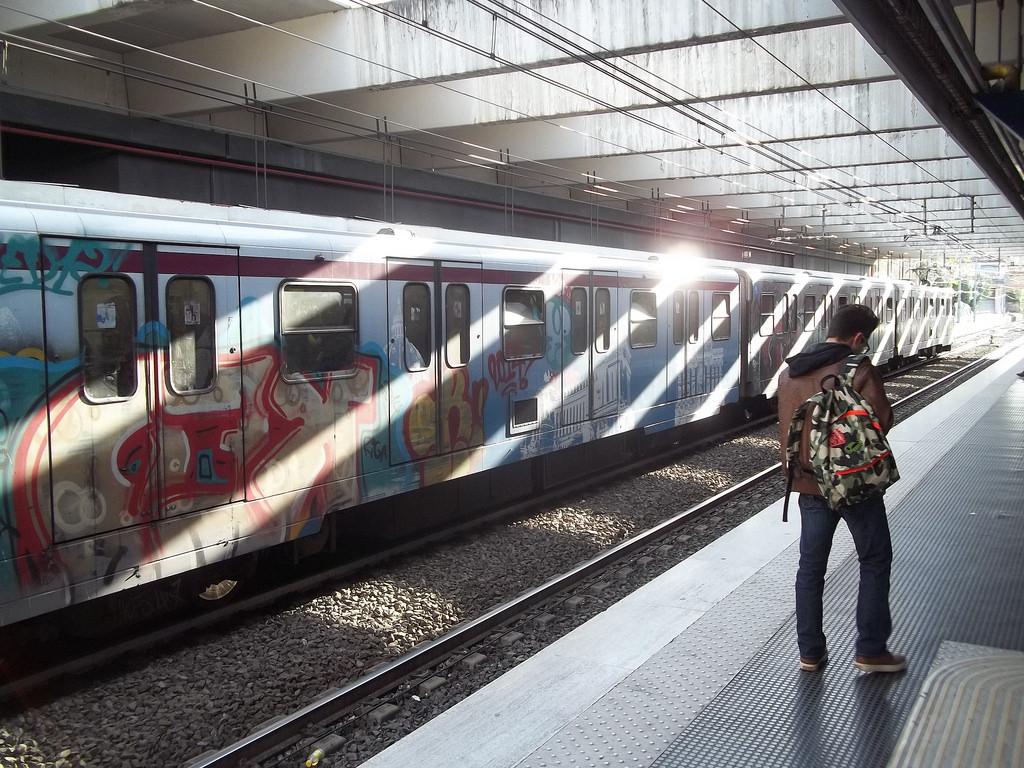 Roma, cede la scala mobile della metro. Feriti gravi