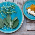 Olio di salvia sclarea: i benefici per dolore mestruale, equilibrio ormonale e altro